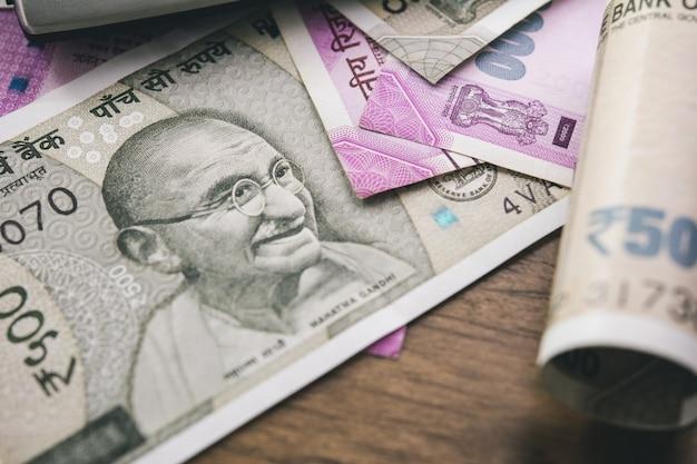 Primer plano de los billetes de dinero rupia india