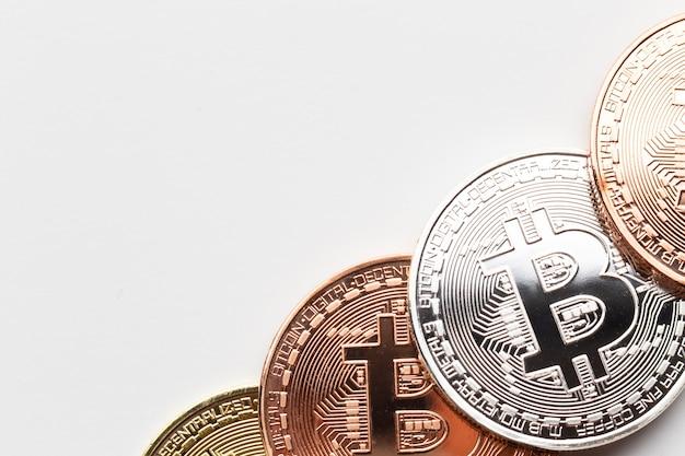 Primer plano de bitcoin en diferentes colores.