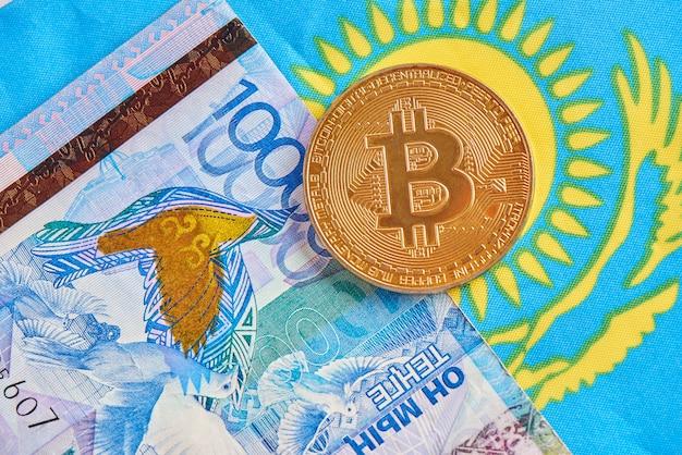 Primer plano de bitcoin de dinero tenge kazajo y criptomoneda. concepto de inversión en moneda virtual digital de internet