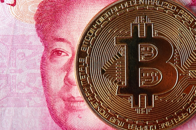 Primer plano de bitcoin y dinero de yuan chino. concepto de inversión en moneda virtual digital de internet