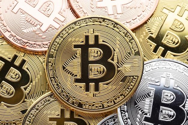 Primer plano de bitcoin dorado