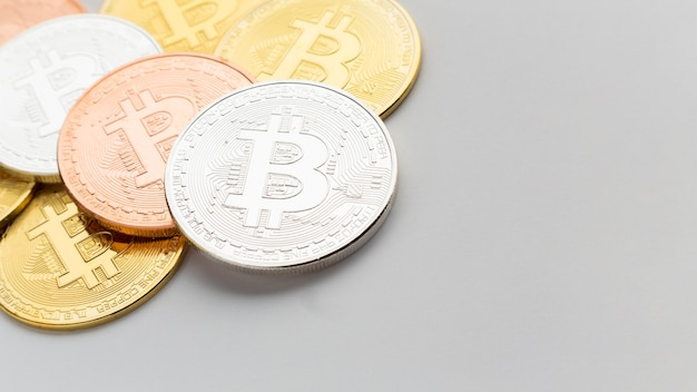 Primer plano de bitcoin en varios colores