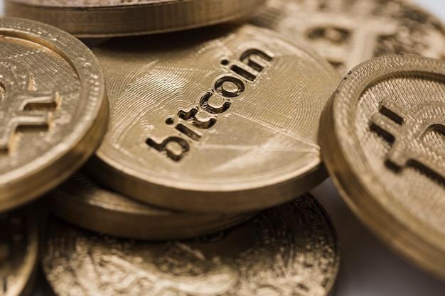 Primer plano de bitcoins