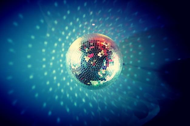 Primer plano de una bola de discoteca en el techo