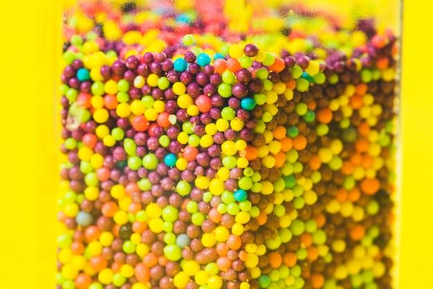 Primer plano de bolas de azúcar dulce de varios colores