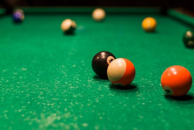 Primer plano de bolas de billar en mesa de billar