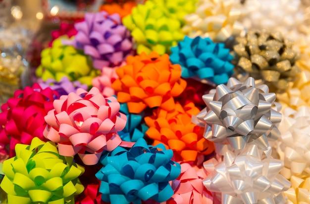 Primer plano de bolas de cinta de colores, decoración de vacaciones. paquete de regalo, decoración navideña