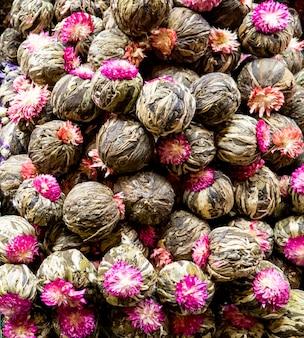 Primer plano de bolas de té de flores de jazmín en el mercado en estambul, turquía