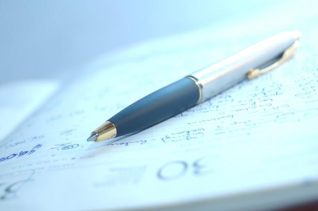 Primer plano de bolígrafo en el lugar de trabajo
