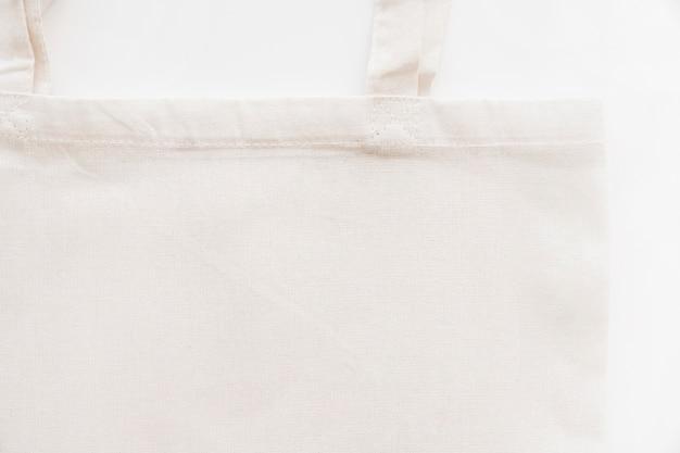 Primer plano de la bolsa de algodón blanco sobre fondo blanco