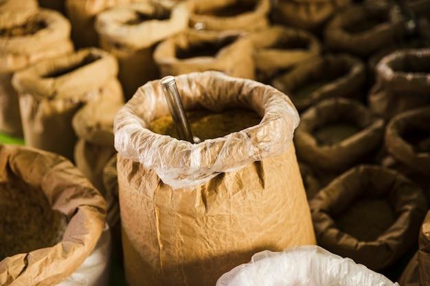 Primer plano de la bolsa de grano de papel marrón