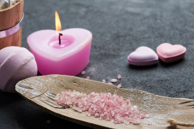 Primer plano de bomba de baño con vela encendida rosa