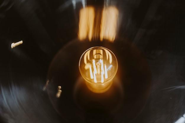 Primer plano de una bombilla de luz brillante