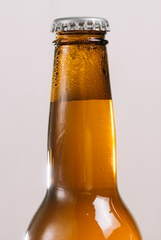 Primer plano de una botella de cerveza