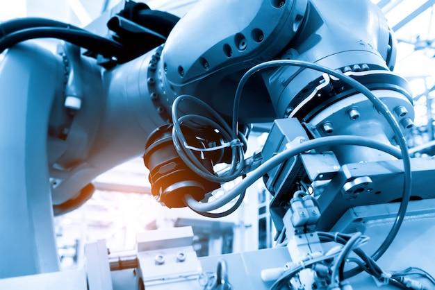 Primer plano del brazo del robot en la línea de producción de la fábrica