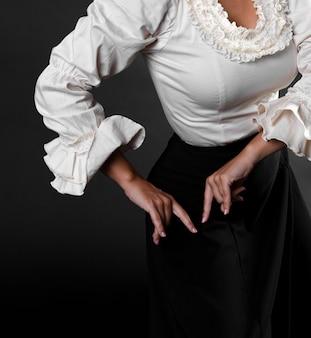 Primer plano de brazos de bailarina de flamenco