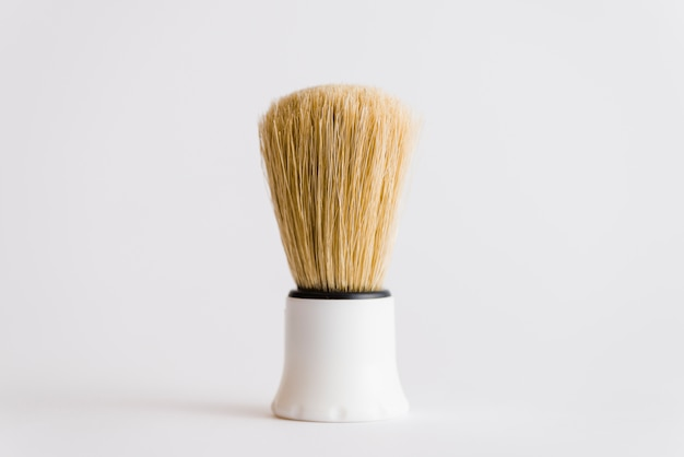 Primer plano de la brocha de afeitar aislado sobre fondo blanco
