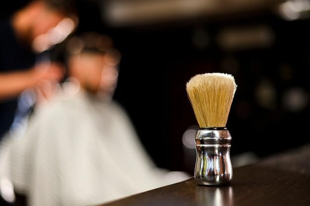 Primer plano de la brocha de afeitar con fondo borroso