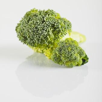 Primer plano de brócoli fresco en la superficie blanca