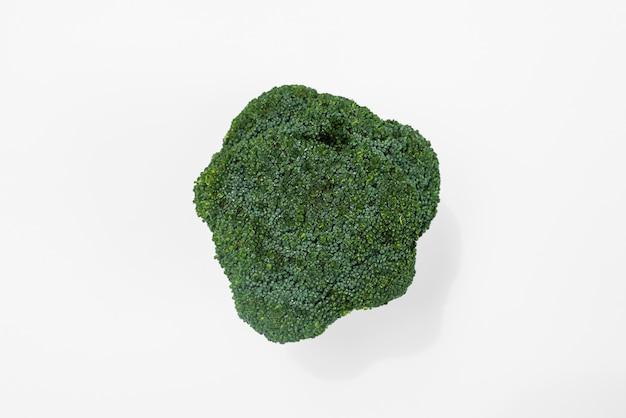 Primer plano de brócoli real fresca aislado en blanco