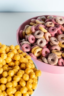 Primer plano de bucles de cereales de frutas deliciosas y nutritivas
