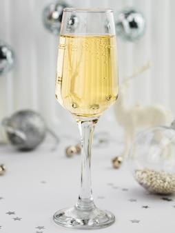 Primer plano de burbujas en copa de champán