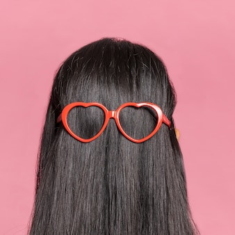 Primer plano de cabello largo con gafas de sol desde atrás