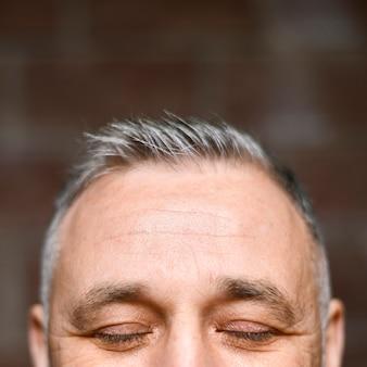 Primer plano de la cabeza del hombre maduro
