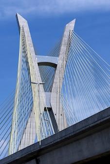 Primer plano de cable de puente suspendido
