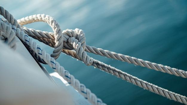 Primer plano de los cables del barco con el mar