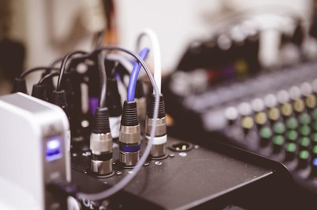 Primer plano de cables electrónicos enchufados sobre un fondo borroso