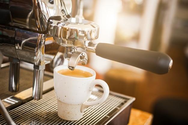 Primer plano de café caliente de la máquina de café. elaboración de café profesional