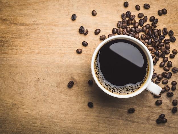 Primer plano de café negro en taza blanca