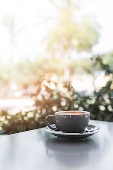 Primer plano de café recién hecho en un café