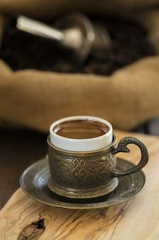 Primer plano de café turco servido en una taza tradicional