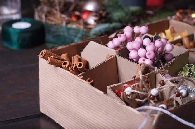 Primer plano de una caja casera con herramientas para decorar ramos y coronas.