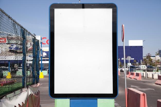 Primer plano de la caja de luz vacía en la ciudad