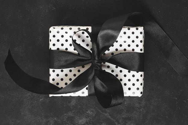 Primer plano de caja de regalo con cinta