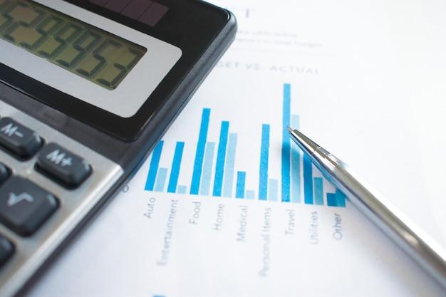Primer plano, calculadora en el gráfico del empresario.
