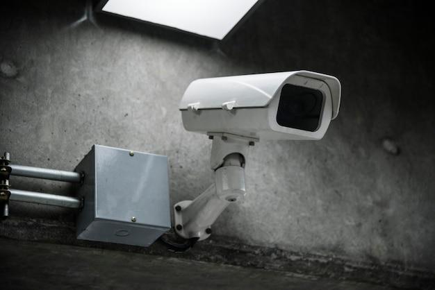 Primer plano de una cámara cctv en la pared