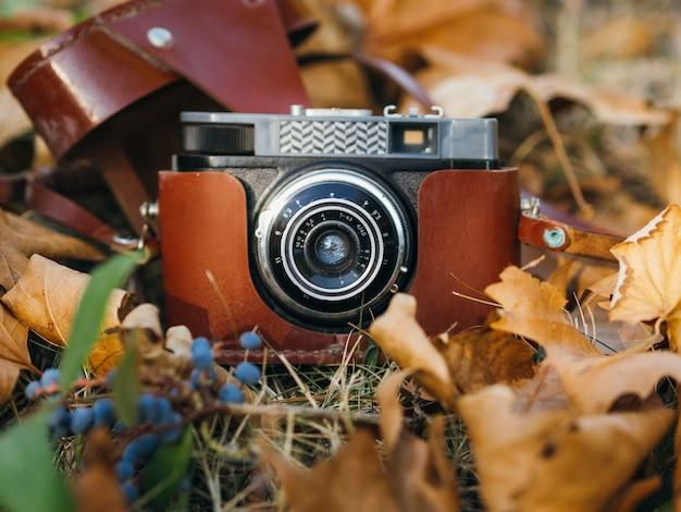 Primer plano de una cámara de fotos retro en tierra