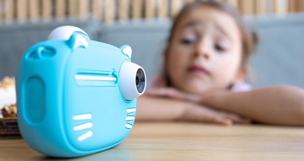 Primer plano de la cámara de juguete azul para niños para impresión fotográfica instantánea.