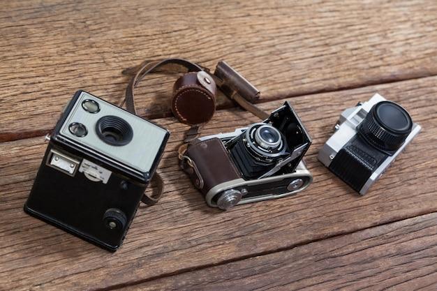 Primer plano de cámaras anticuadas en la mesa