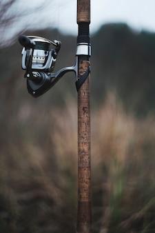 Primer plano de una caña de pescar contra el fondo borroso