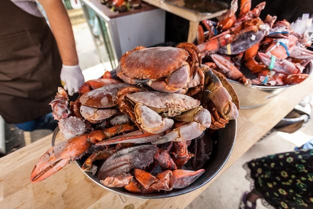 Primer plano de cangrejos congelados y pinzas de langosta en la cocina del restaurante