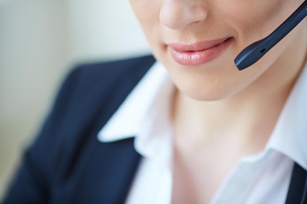 Primer plano de la cara de una ejecutiva trabajando