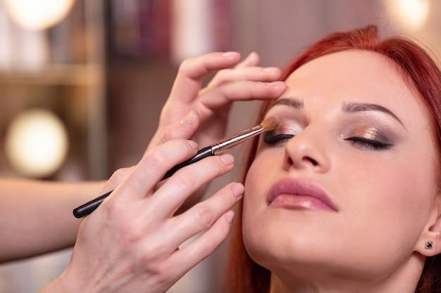 Primer plano de cara hermosa mujer joven con maquillaje de belleza