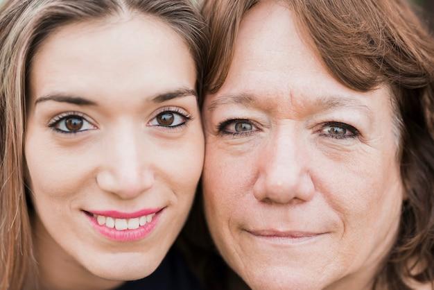 Primer plano de la cara de madre e hija