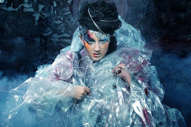 Primer plano de cara de mujer hermosa con arte creativo de moda hacer
