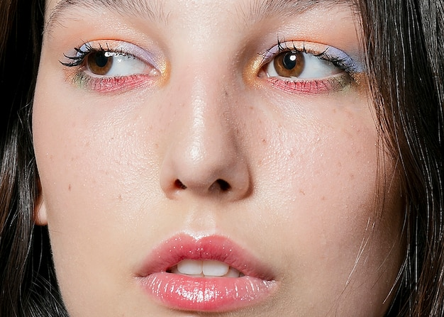 Primer plano de la cara de una mujer con sombra de ojos